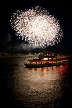 "This is really luxurious way to see and enjoy japanese #fireworls while floating a river with "" #Yakata-Bune "".日本,屋形船,花火"
