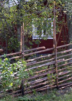 Riukuaita on kuulunut vuosisatoja suomalaiseen maalaismaisemaan. Red Cottage, Garden Cottage, Outdoor Projects, Garden Projects, Rustic Fence, Photo Images, Garden Fencing, Garden Care, Dream Garden