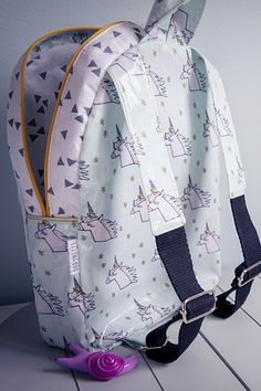 Le patron du sac à dos Loopy, Owl Backpack, Couture Details, Kids Backpacks, Boutique, Purses, Stylish, Outfits, Sewing, Women