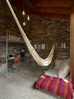 Estábulo torna-se lar arejado e natural: obra mantém arquitetura pastoral australiana