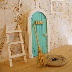 Hadas y ratones viviendo en nuestra casa - Primera parte Diy Fairy Door, Fairy Doors, Xmas Crafts, Craft Stick Crafts, Popsicle Crafts, Wooden Craft Sticks, Wooden Art, Popsicle Stick Houses, Gnome House