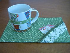 Mug Rug - How to Tutorials Diy Plastic Canvas Tissue Boxes, Plastic Canvas Patterns, Small Quilts, Mini Quilts, Mug Rug Patterns, Quilt Patterns, Tissue Box Covers, Quilting Projects, Sewing Projects