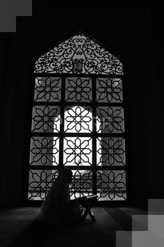 A women reading Al-Quran inside the mosque – by Fatin Rosli Islamic Wallpaper Iphone, Mecca Wallpaper, Quran Wallpaper, Islamic Quotes Wallpaper, Muslim Images, Islamic Images, Islamic Pictures, Shadow Photography, Dark Photography