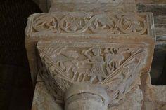Capitel del Sacrificio de Isaac, en el interior de la iglesia visigoda (s.VII) de San Pedro De La Nave, El Campillo, Zamora. Aparece Abraham sujetando a su hijo Isaac, mientras con la otra mano se dispone a degollarlo. Yahvé le detiene a tiempo (mano a la izqda.) para que  sustituya a su hijo por un carnero que aparece enredado a la derecha. Sobre la escena: VBI HABRAAM OBTVLIT ISAC FILIVM SVVM OLOCAUPSTUM DNO. Inscripción en el altar: ALTARE. Encima, cimacio visigodo: roleos, frutas y…