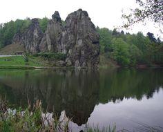 Veduta delle Externsteine dalla parte del lago.
