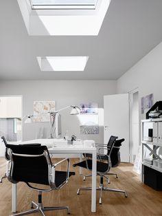 Er is nu speciaal voor de VELUX lichtkoepel een witte buitenzonwering verkrijgbaar, deze houdt in de zomer de warmte buiten. Dit product is draadloos op afstand bedienbaar dankzij het zonnepaneel. www.velux.nl