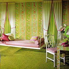 Retro-wnętrze od Davida Hicksa.   David Hicks był najbardziej wpływowym projektantem w latach 60-tych i 70-tych. Zaczął od projektowania dywanów w 1963 roku, których wzory były później kopiowane i rozpowszechniane na wielu innych produktach. W 1969 roku zajął się projektowaniem wnętrz dla bogatych klientów na Manhattanie. Jego talent dostrzegli właściciele Hotelu Okura w Tokio czy Król Arabii Saudyjskiej, dla którego zaprojektował wnętrze jachtu.