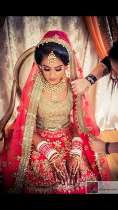 Indian bride with a nice jewellery and red lehnga Indian Bridal Wear, Asian Bridal, Indian Wedding Outfits, Pakistani Bridal, Bridal Outfits, Indian Outfits, Bridal Dresses, Bride Indian, Indian Wear