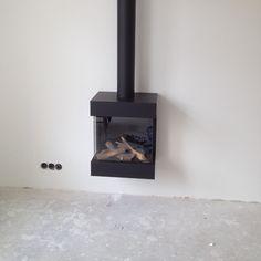 Deze moderne, driezijdige hanghaard is een aanwinst voor uw woonkamer! Stove Fireplace, Fireplace Mantels, Fireplaces, Gas Stove, Bedroom Inspo, Sunroom, New Homes, Home Appliances, Indoor
