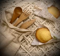 Set de couverts en bambou à glisser dans son sac pour déjeuner en toute simplicité à l'extérieur ou à l'intérieur! Home And Deco, Elephant Throw Pillow, Rocking Chair, Glass Boxes