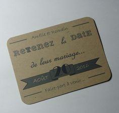 """Lot de 6 Save The Date de mariage - Kraft vintage - Version française  Étiquette en papier kraft de dimensions 7,5x10cm environ La date du mariage est écrite sur une banderole grise. Les prénoms des futurs mariés sont écrits en haut.  Le message """"Retenez la date de leur mariage"""" peut aussi être """"de notre mariage"""" selon votre souhait."""