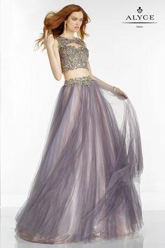 Los looks de dos piezas son de nuestros favoritos. Este top recargado con falda con transparencias es súper elegante