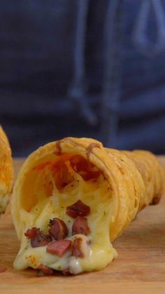 Pizza Cone de Massa Folhada ~ Receita Video instruction recipe: An unusual way to eat pizza. Ingredients: of rolled puff pastry, 3 tablespoons of tomato sauce, of mozzarella cheese, of … Pizza Food Truck, Food Trucks, I Love Food, Good Food, Yummy Food, Pizza Cones, Appetisers, Finger Foods, Junk Food