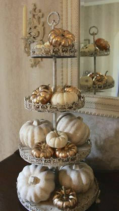 Thanksgiving Decorations: Super quick and easy, gold painted pumpkins add some glam to your fall decor Fall Home Decor, Autumn Home, Diy Autumn, Thanksgiving Decorations, Seasonal Decor, Thanksgiving Table, Classy Halloween Decorations, Pumpkin Decorations, Vintage Thanksgiving