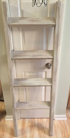 Made from reclaimed wood, this whitewashed ladder is perfect for a living room or bedroom. Quilt Ladder, Diy Blanket Ladder, Diy Ladder, Wood Ladder, Clean Bathroom Grout, Traditional Bookcases, Wood Pallets, Pallet Wood, Whitewash Wood