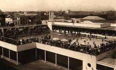 1935 La piscina tenía forma de L y una profundidad de 3,50 metros en su parte más profunda y de 0,75 metros en la menor. Los vestuarios ...