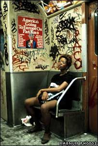 Découvrir New-York en 1983 – La street photography de Thomas Hoepker Very urban, lots going on, but fits with the dark, moody colour scheme Nyc Subway, New York Subway, Magnum Photos, Lise Sarfati, Jamel Shabazz, Urbane Fotografie, Urban Photography, Photography Women, Reportage Photography