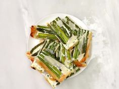 Herbed Ricotta Asparagus and Phyllo Tart: If working with phyllo dough fills you with fear, don't worry—this recipe is beginner-friendly. Tzatziki Recipes, Tzatziki Sauce, Chick Fil A Sandwich, How To Make Tiramisu, Beef Fillet, Fried Beef, Phyllo Dough, Most Popular Recipes, Favorite Recipes