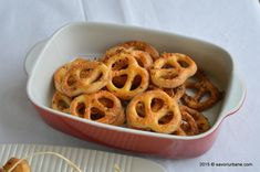 Covrigei fragezi de casa reteta simpla | Savori Urbane Romanian Food, Romanian Recipes, Bread And Pastries, Onion Rings, Quiche, Food And Drink, Urban, Cooking, Ethnic Recipes