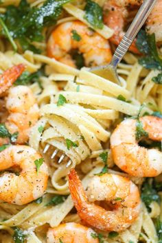 Garlic Butter Shrimp Pasta - An easy peasy pasta dish that's simple, flavorful and incredibly hearty. And all you need is 20 min to whip this up! Garlic Butter Shrimp Pasta Lu Ko Cool things Garlic Butter Shrimp Pasta - An easy peasy pa Fish Recipes, Seafood Recipes, Dinner Recipes, Cooking Recipes, Healthy Recipes, Easy Shrimp Pasta Recipes, Healthy Shrimp Pasta, Shrimp And Spinach Recipes, Linguine Recipes