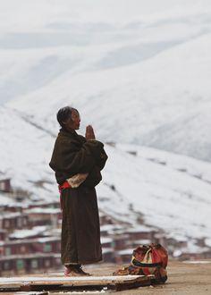 prayer at seda larung wuming (tibetan buddhist institute)