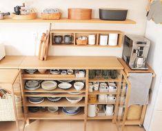 ガラス扉のついたキャビネットは埃が入らないので、食器をしまうのにもぴったり。壁に付けられる箱もアレンジして、空間を上手に使っています。 Home Decor Kitchen, Interior Design Living Room, Home Kitchens, Kitchen Design, Kitchen Furniture, Furniture Design, Japanese Home Design, Japanese Style House, Muji Home