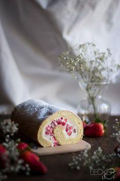 Bisquitrolle mit Erdbeeren und Quark - LECKER&Co | Foodblog aus Nürnberg