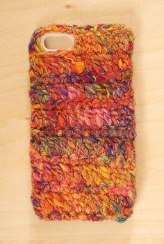 手つむぎの毛糸を使ったiPhoneケースです。 販売中の空飛ぶじゅうたんという糸を使って編みました。シルク・モヘア入りの糸です!サイズは5/5s用で土台ハード...|ハンドメイド、手作り、手仕事品の通販・販売・購入ならCreema。