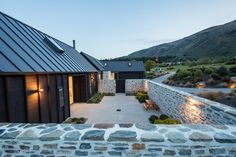 Natural materials, such as bagged schist, feature strongly on the exterior. Modern Barn, Modern Farmhouse, Cedar Walls, Shed Homes, Cabin Homes, Log Homes, Exterior Design, Future House, Building A House