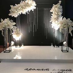 A modem wedding Wedding Backdrop Design, Wedding Stage Design, Wedding Stage Decorations, Ceremony Backdrop, Wedding Designs, Crystal Wedding Decor, Diy Wedding, Wedding Ceremony, Wedding Flowers