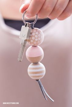 Make DIY keychain with wooden beads yourself / gift idea to move in: Bread & Salt - Nicest Things * Nicest Things – Food, Interior, DIY: Bread, Salt & DIY Keychains – 12 GOLD Party Favor Tips Diy Keyring, Bead Keychain, Keychain Ideas, Wooden Keychain, Bijoux Diy, Diy Projects To Try, Wooden Beads, Ceramic Beads, Bead Crafts