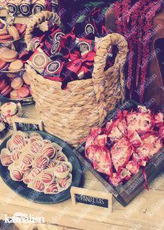 www.kamalion.com.mx - Mesa de Dulces / Candy Bar / Postres / Boda / Marsala / Vino / Rustic Decor / Dulces / Lecheros / LOVE / Vintage / Macaroons / Wedding / Sewing machine.