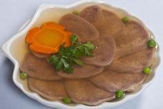 Несмотря на различия между заливным и студнем, суть блюда остается одна — отварное мясо в прозрачном желе. И если холодец готовить долго, то заливное выручит всегда. К тому же желатин поможет загустеть любому студню, если что-то пошло не так при варке. Рецепт холодца из языка говядины прост в приготовлении и праздничный на вид. Lunch Recipes, Cooking Recipes, Bon Appetit, Waffles, Sandwiches, Jelly, Food And Drink, Tasty, Beef
