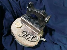 """Ραπτομηχανη κεραμικη με τρεχουσα χρονολογια σε φυσικο ξυλο..για γουρι δωρο μπομπονιερα... 1ο κρατερου 22 Ιλισια 2ο """"επιλογες"""" μιλτιαδου 4 Αθηνα 2107709905 2107486951"""