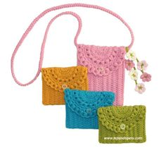 Small, pretty crochet purses made in one piece.    This could be lined with fabric before folding and sewing too!   :) Crochê bolsa