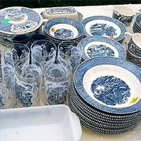 Remember those blue and white dishes with the beautiful scenery glazed on them? You probably ate on them at your grandmother's house, or saw them lying around your mom's cupboard. Antique Dishes, Antique Glassware, Vintage Dishes, Vintage Kitchen, Vintage Jars, Vintage China, Blue And White Dinnerware, Blue Willow China, White Dishes