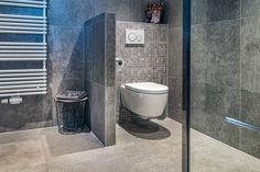 Prachtige badkamer met inloopdouche, grijze tegel. Modern en toch Warm. Badmeubel wc