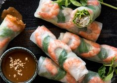 Vietnamese Rice Paper Rolls (Spring Rolls) Recipe video above. Vietnamese Rice Paper Rolls are incredibly fresh and healthy. The Vietnamese peanut dipping sauce that accompanies this is sensational and completely addictive! Asian Recipes, Healthy Recipes, Ethnic Recipes, Simple Recipes, Vietnamese Rice Paper Rolls, Vietnamese Food, Vietnam Rice Paper Roll Recipe, Vietnamese Fresh Spring Rolls, Portuguese Recipes