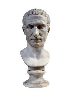 """Cesare """"Chiaramonti"""" (30-20 a.C.) Il volto del dittatore presenta caratteristiche fisionomiche ben determinate, che si fondono con tratti idealizzati. Tale peculiarità sembra ispirata ai ritratti dei sovrani ellenistici e risalta nelle immagini che riproducono l'ultima fisionomia di Caio Giulio Cesare."""