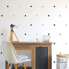 Commandez dès maintenant notre Stickers Triangles - Chic POM. Créez une ambiance cosy, chic, rétro, amusante avec les stickers muraux de Pöm, fabriqués en France. Livraison soignée. Paiement sécurisé.