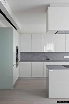 Cocina minimalista. Muebles blancos con brillo.