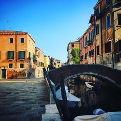 Being in Venice (Italy) is like walking around an oil painting 24/7 (You'll get lost along the way but sometimes that means you'll find peace...) || Click on the photo to discover the most incredible destinations with us :)