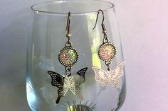 Boucles d'oreilles en acier chirurgical avec cabochon blanc scintillant et pendentifs estampe papillon : Boucles d'oreille par nessymatriochka