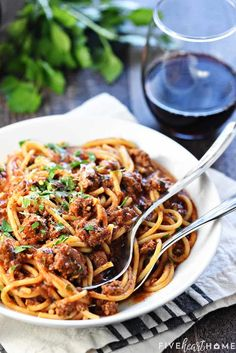 Spaghetti gets a makeover with this quick, easy, delicious One-Pot Spaghetti! Made in just one pot, it's a family-pleasing dinner for busy weeknights! Spaghetti With Ground Beef, One Pot Spaghetti, One Pot Pasta, Frugal Meals, Easy Meals, Healthy Dinners, Spagetti Recipe, Dinner Is Served, One Pot Meals