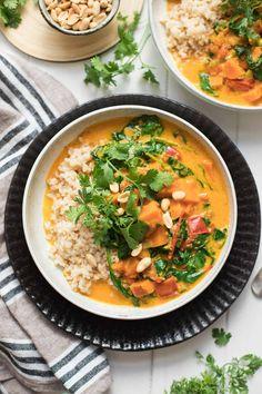 Der Süßkartoffel-Erdnuss-Eintopf mit Kokos und Spinat ist ein einfaches und köstliches Rezept, dass auch richtig satt macht. Ein gesunde vegane Rezepte mit frischen und leckeren Zutaten.