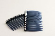 flax & twine: Day Pearl Combs - a diy hair accessory Diy Hair Accessories Easy, Hair Accessories For Women, Holiday Hairstyles, Diy Hairstyles, Diy Wardrobe, Ribbon Headbands, Bandeau, Hair Accessory, Pearls