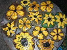 pintando na pedra Pebble Painting, Love Painting, Pebble Art, Rock Flowers, Cat Flowers, Yellow Flowers, Stone Crafts, Rock Crafts, Rock And Pebbles