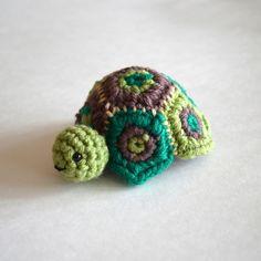 Secret Turtle Box side - Pops de Milk - such a cute idea! There's a secret box hidden under the turtle. Free downloadable PDF pattern #crochet #pattern #turtle