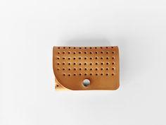 Cartera-billetera realizada en piel de vaqueta color tostado.