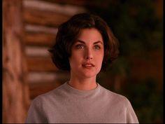 Audrey Horne, we miss you. the bl▲ck lodge Madchen Amick Twin Peaks, Twin Peaks Fashion, Twin Peaks 1990, Sherilyn Fenn, Audrey Horne, Kyle Maclachlan, Laura Palmer, Gifs, David Lynch